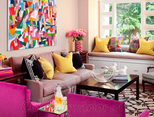 Фуксия и жёлтый цвет в оформлении гостиной