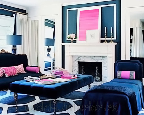 Синий и цвет фуксия в гостиной комнате