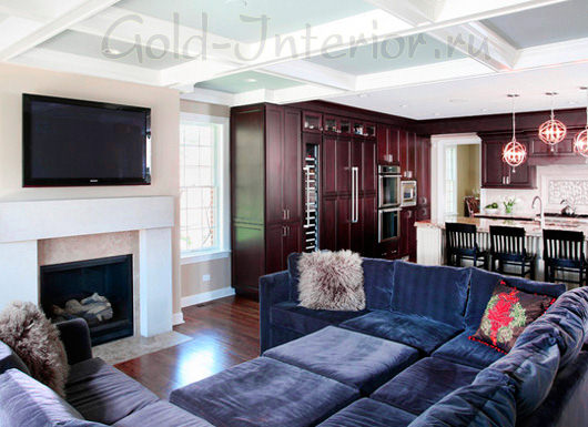 Гарнитур из вишнёвого дерева и диван сапфирового оттенка