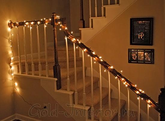 Гирлянда-нить на лестничных периллах дома
