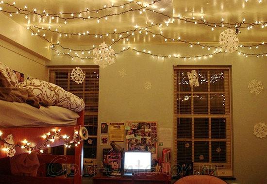 Гирлянда из светодиодов на потолке в спальне