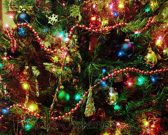 Гирлянда-нить на новогодней ёлке