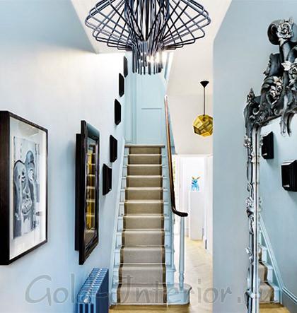 Голубые стены + предметы оттенка кофе с молоком и чёрного цвета