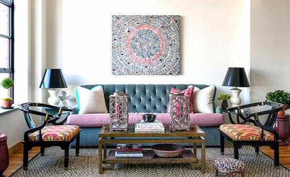 Голубой диван + розовые аксессуары