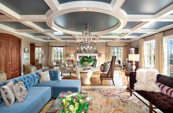 Голубой диван в просторной гостиной