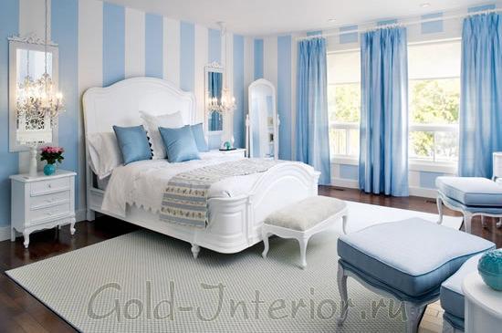 Голубой и белый цвета в классической спальне
