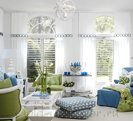 Сине-голубой и фисташковый цвет в интерьере гостиной