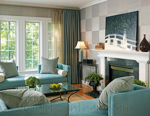 Голубой и серый цвета в гостиной на солнечной стороне