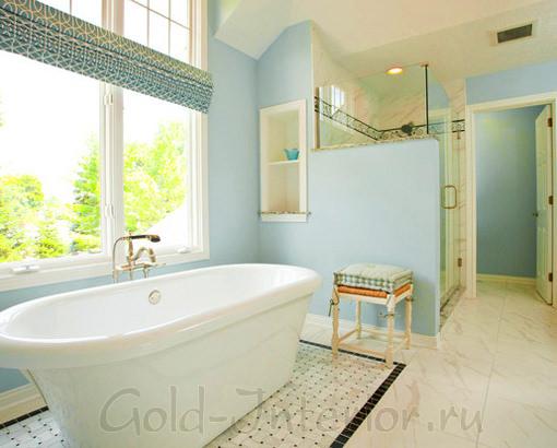 Голубой с молочным в интерьере ванной комнаты