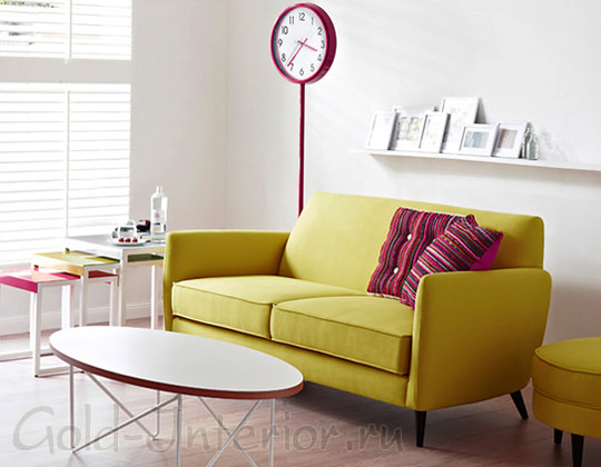 Горчичный диван + пурпурные подушки