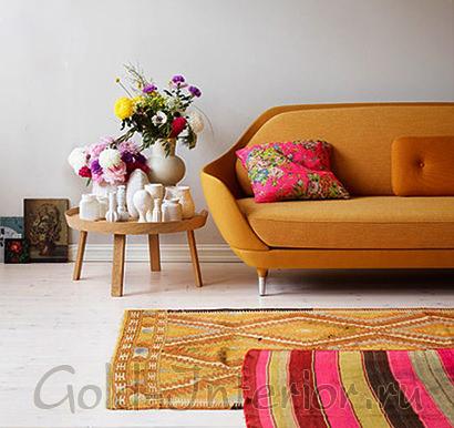 Горчичный диван и розовая подушка