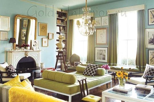 Горчичный диван и стены мятного оттенка