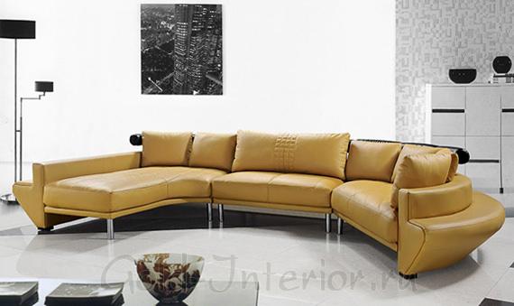 Горчичный диван на бело-сером фоне