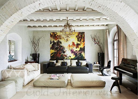 Гостиная с мягкой мебелью: диван и пуфы оттенков белого цвета