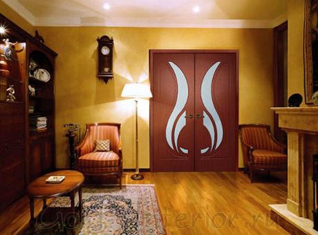 Гостиная с тёмными дверями