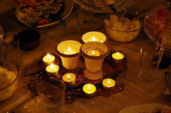 Группа свечек на новогоднем столе