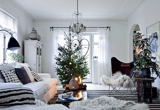 Интерьер гостиной с белой мебелью и чёрно-белыми аксессуарами