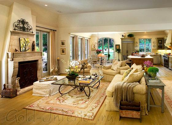 Интерьер гостиной с горчичным диваном