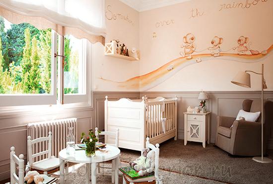 Интерьер комнаты новорождённой девочки в коричневой гамме