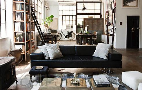 Интерьер комнаты с кожаным диваном