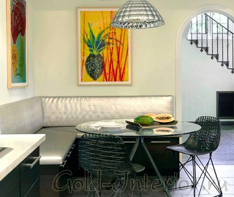 Интерьер кухни с угловым серебристым диваном