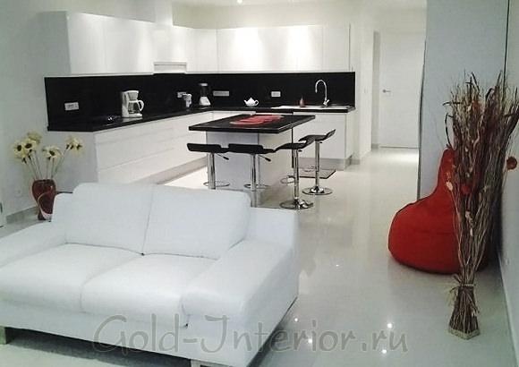 Белый интерьер кухни, совмещённой с гостиной комнатой