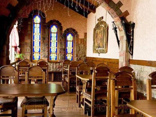 Интерьер ресторана в романском стиле
