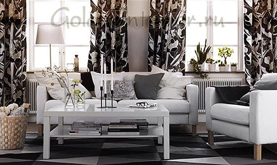 Интерьер с белым диваном и креслом