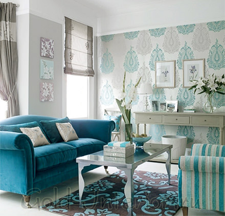 Интерьер с бирюзовым диваном и креслами в бело-голубую полоску