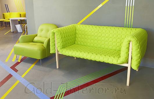 Интерьер с кислотно-салатовым диваном