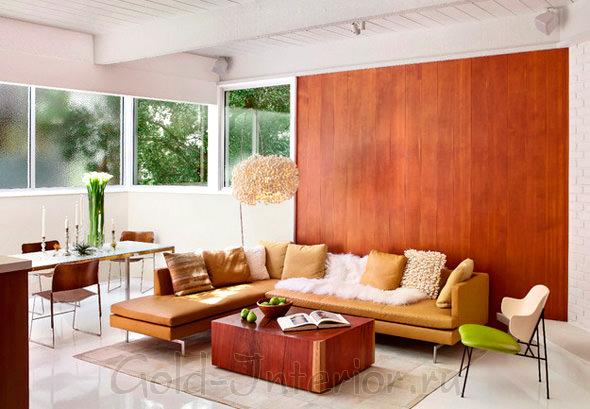 Белый интерьер с рыжим диваном