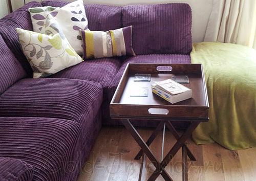 Интерьер с тёмно-сиреневым диваном и подушками с золотыми полосками