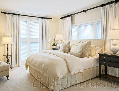 Интерьер спальни в белых цветах с добавлением чёрных акцентов
