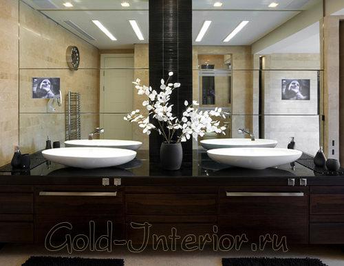 Искусственные белые цветы в интерьере ванной