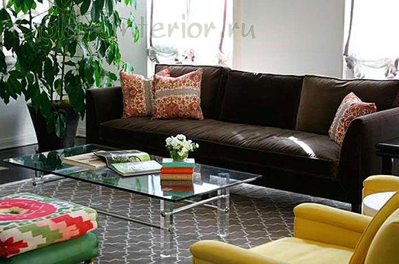 Жёлтые кресла + коричневый диван
