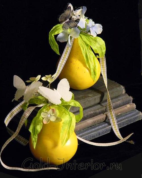 Жёлтые вазочки грушевидной формы с цветами и бабочками