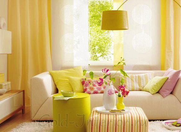 Жёлтый, белый, розовый и салатовый цвет в интерьере гостиной
