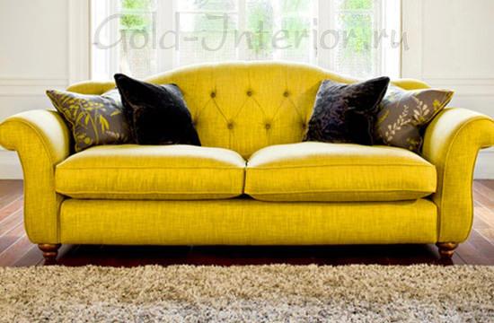 Жёлтый диван и чёрные подушки