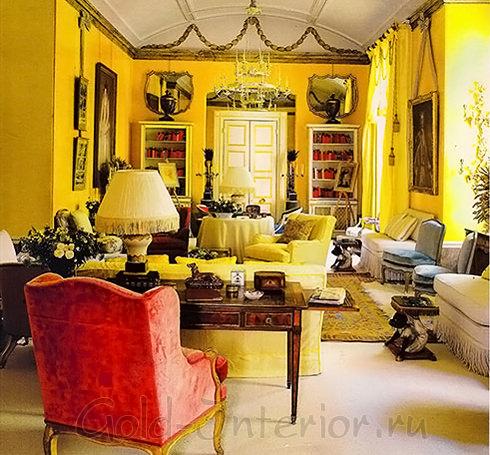 Жёлтый интерьер с акцентами красного цвета