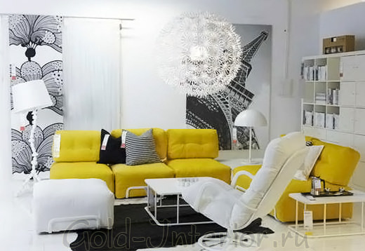 Жёлтый диван в белом интерьере