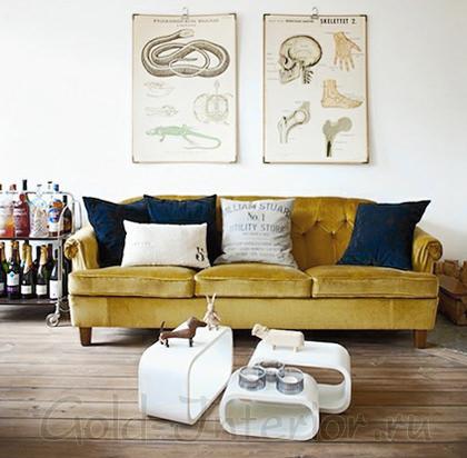 Желтовато-горчичный диван с тёмно-синими подушками