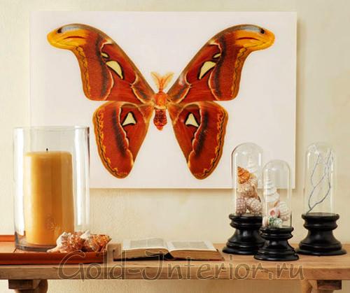 Живописная картина с изображением большой красочной бабочки