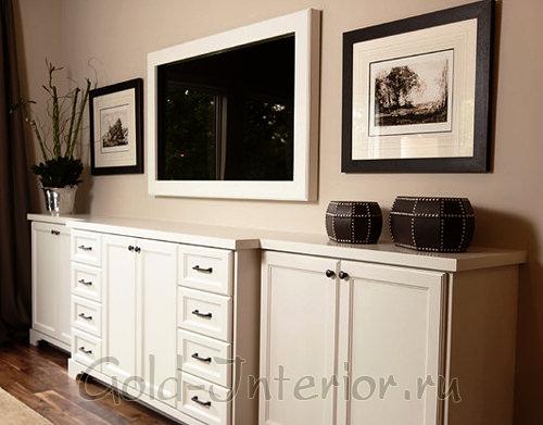 Картины и телевизор выполнены в одном стилистическом направлении