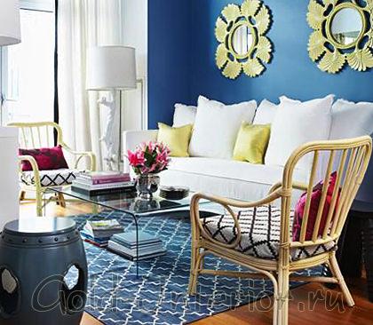 Кипельно-белый диван и синие стены