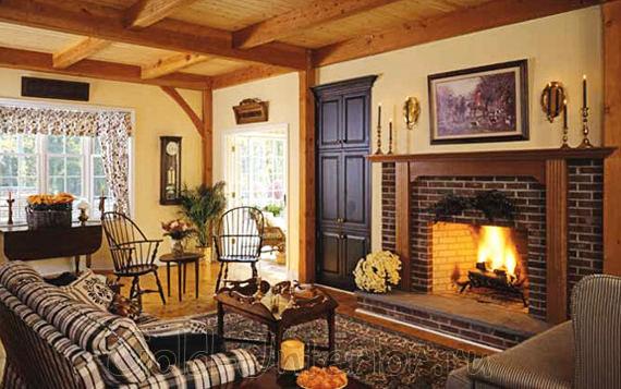 Кирпичная кладка, камин и деревянные вставки в интерьере гостиной