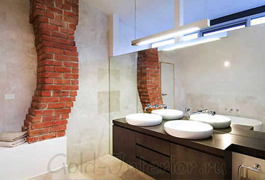 Кирпичное сооружение в интерьере ванной