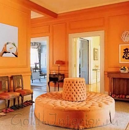 Классический стиль, круглый пуф в холле, оранжевый цвет