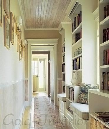 Книжный шкаф в узком длинном коридоре