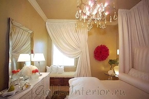 Кофе с молоком + яркие акценты в романтичной спальне