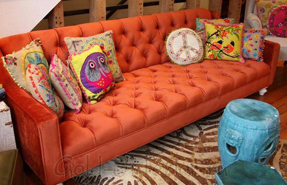 Кожаный диван оранжевого цвета с замшевыми вставками